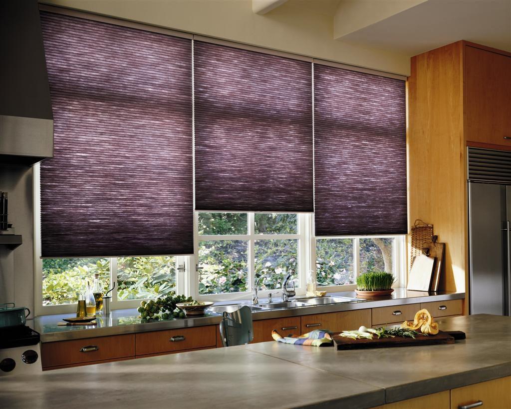 Кухонное окно с полупрозрачными рулонными шторами