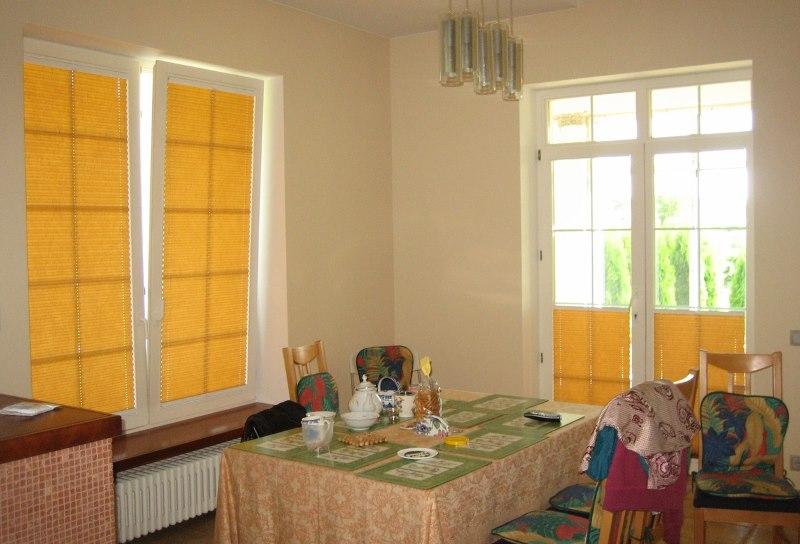 Желтые рулонные шторы Roltech на окнах кухни