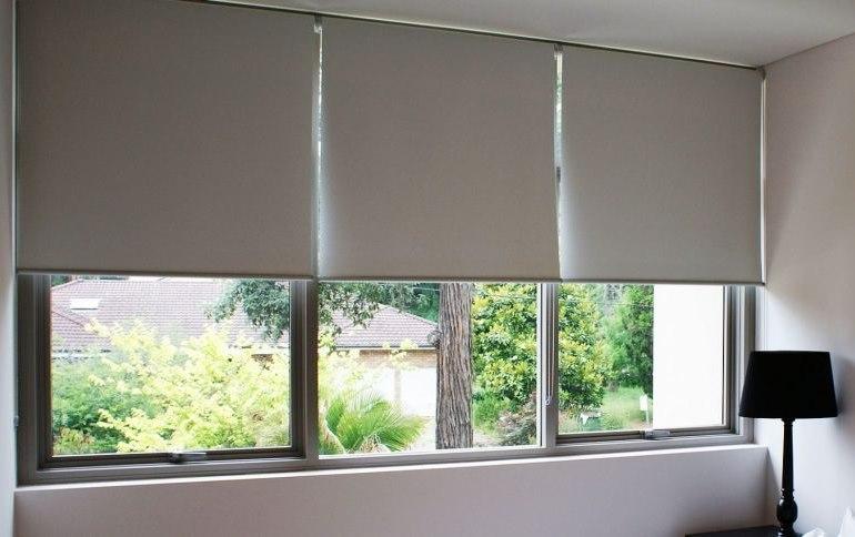Большое окно спальни с рулонными шторами