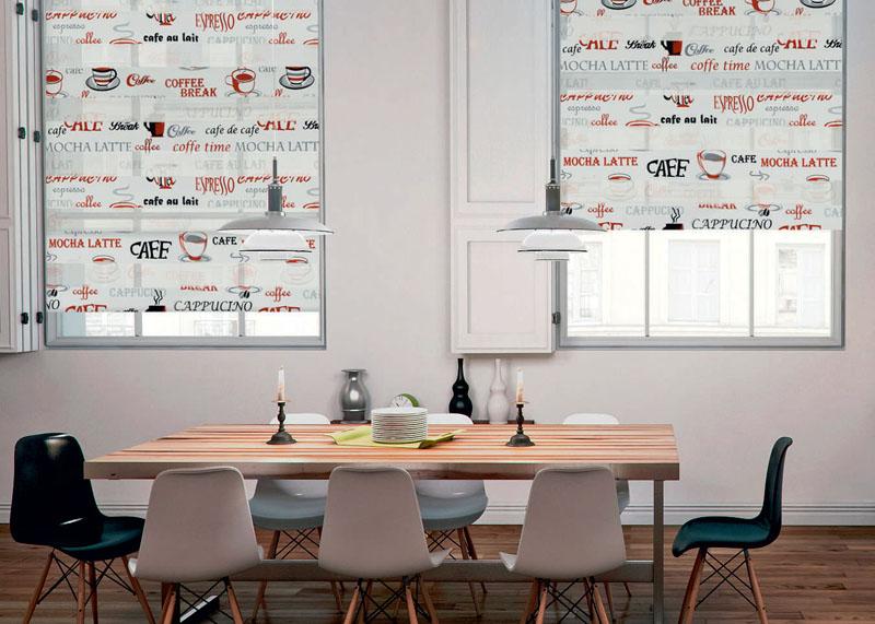 Интерьер обеденной зоны с рулонными шторами на окнах
