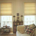 Симметричное расположение римских штор на окнах в гостиной