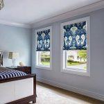 Сине-белые римские шторы для спальни с тремя окнами