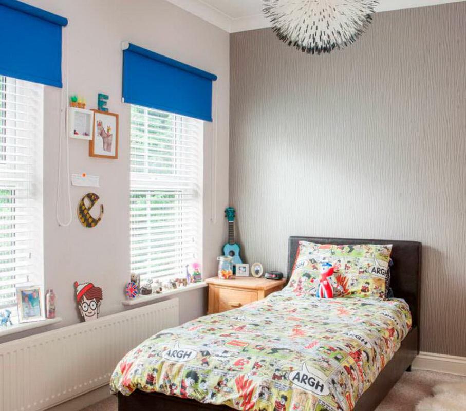 Синие рулонные шторы в детской с белыми стенами