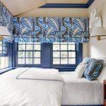 Спальня с большими количеством окон, закрытых римскими шторами