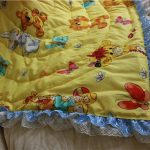 Стеганое желтое одеяло с кружевом