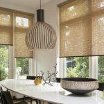 Стильные рулонные шторы в уютной гостиной-столовой