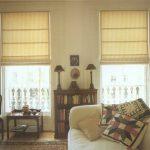 Светлые римские шторы на высокие окна в гостиную