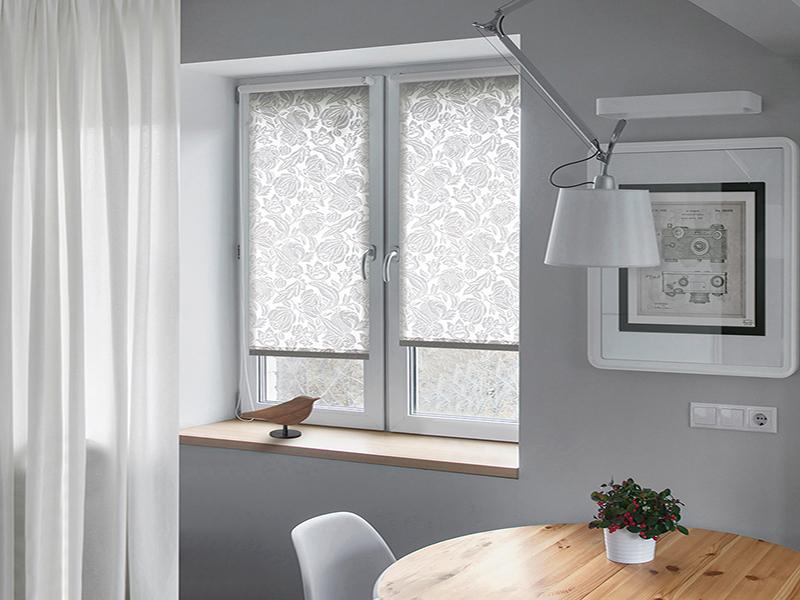 Светлые мини шторы на створках кухонного окна