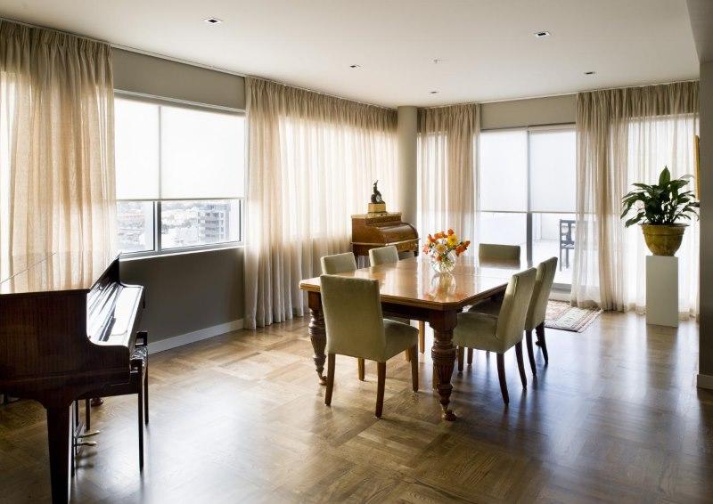 Оформление окон гостиной светлыми шторами