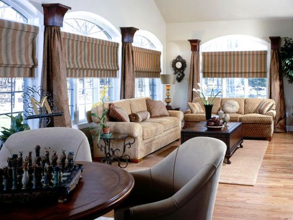 Просторная гостиная с римскими шторами на окнах
