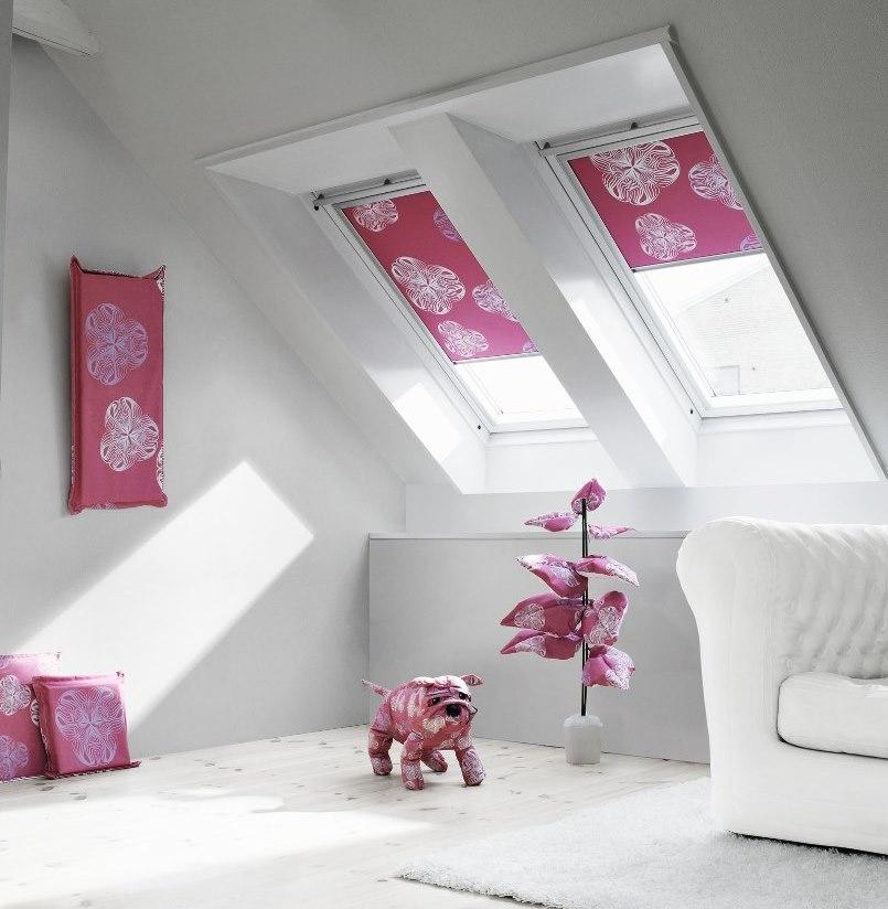 Розовый текстиль с белым принтом в интерьере мансарды