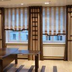 Тканевые римские шторы в полоску в комплекте с классическими