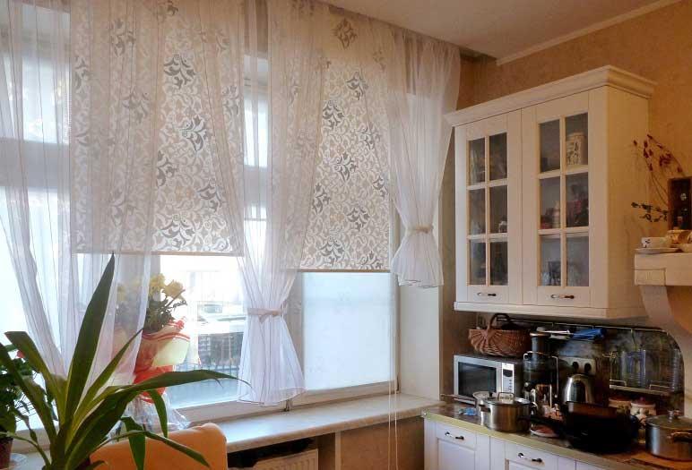 Рулонные шторы с тюлем на кухонном окне