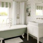 Уютная ванная комната в светлых тонах с металлической круглой штангой