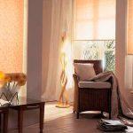 Уютные рольшторы в комплекте с классическими шторами для гостиной