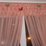 Воздушный ламбрекен, украшенный бабочками