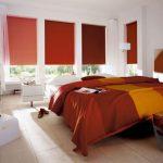 Яркие разноцветные рольшторы в тон покрывала для кровати