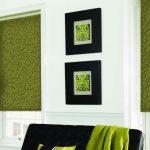 Яркие рольшторы сочного зеленого цвета в гостиной