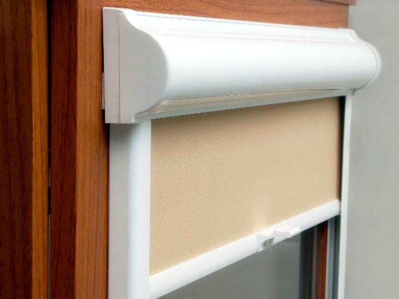 Белый пластиковый корпус рулонной шторы