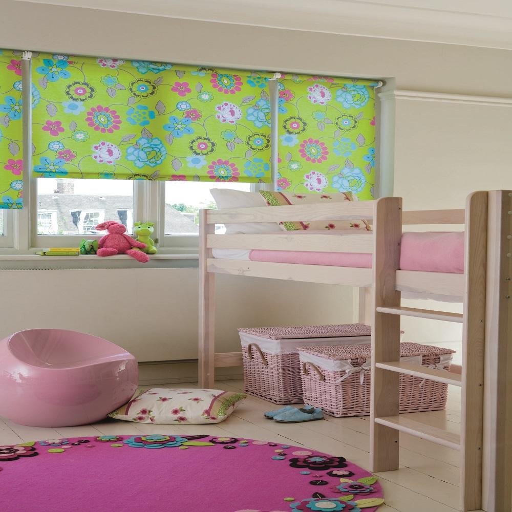 открытые роллеты в интерьере детской комнаты