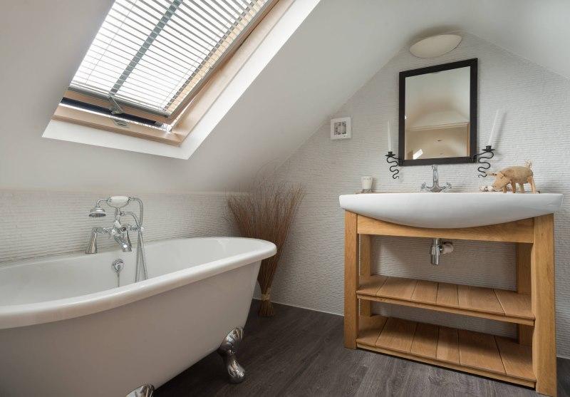 Алюминиевые жалюзи на окне ванной в мансарде