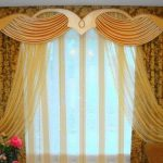 Желтая воздушная тюль и желто-коричневые шторы с ламбрекеном