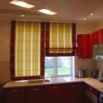 Желто-красные классические шторы для кухни