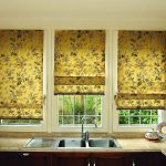 Золотистые римские шторы с цветочным рисунком для кухонного окна