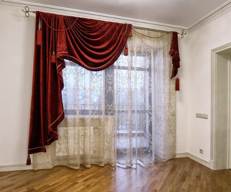 Ассиметричные шторы на окне комнаты в стиле классики