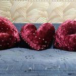 Бархатные подушки в форме сердца, украшенные бусинами