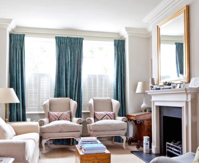 Бархатные портьеры из плотной ткани на окнах гостиной