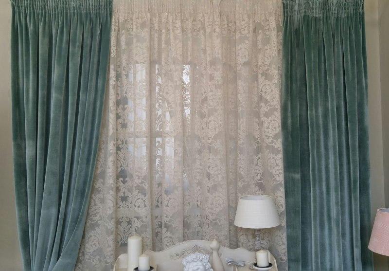 Бархатные шторы на окне в гостиной