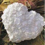 Белая вязанная подушка-сердце с цветочками