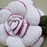 Бело-розовая подукша в форме цветка