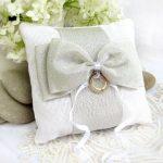 Бело-серая подушка с бантом для колец