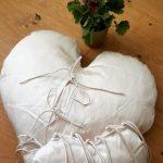 Белоснежная подушка-сердце с завязками