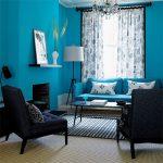 Белые подушки для голубого дивана