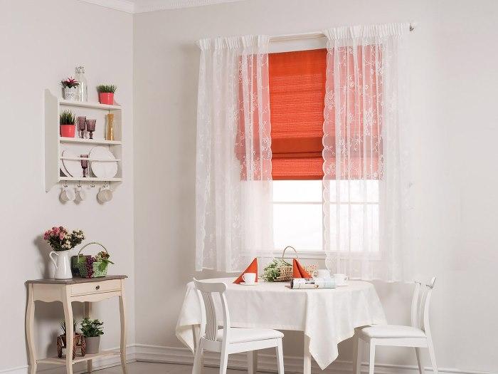 Белый тюль и римская штора на кухонном окне