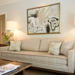 Бежевая гостиная с необычными декоративными элементами