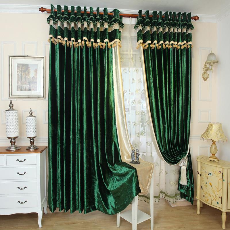 Зеленые бархатные шторы на круглом карнизе