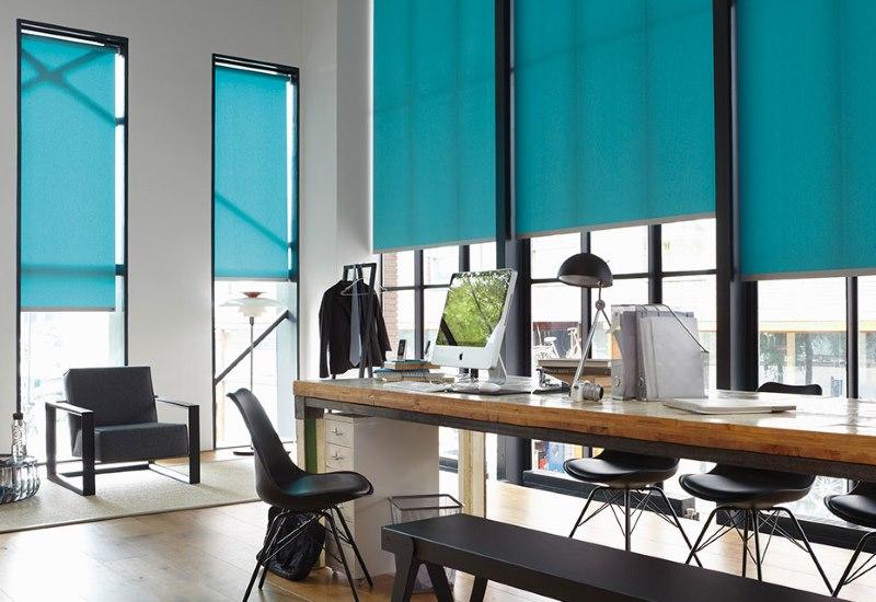 Рулонные шторы бирюзового цвета на длинных окнах