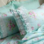 Бирюзовый цвет ткани с нежными розами - отличный вариант для спальни прованс