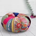 Большая круглая подушка в интерьере
