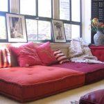 Большие и маленькие напольные подушки