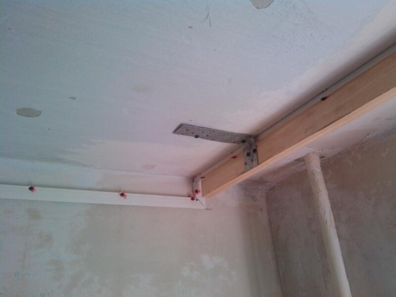 Деревянный брус на потолке для закрепления карниза