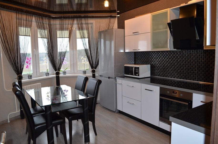Нитяные шторы черного цвета на кухонном окне