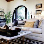 Черно-белые и синие подушки в интерьере
