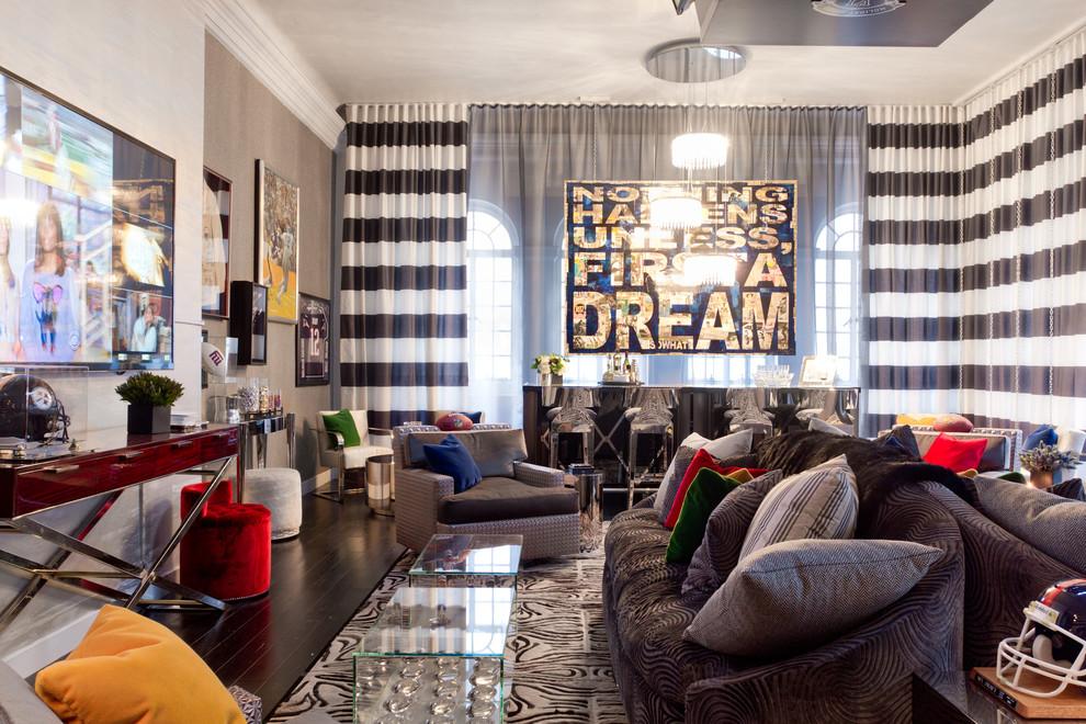 Современный интерьер гостиной с полосатыми шторами