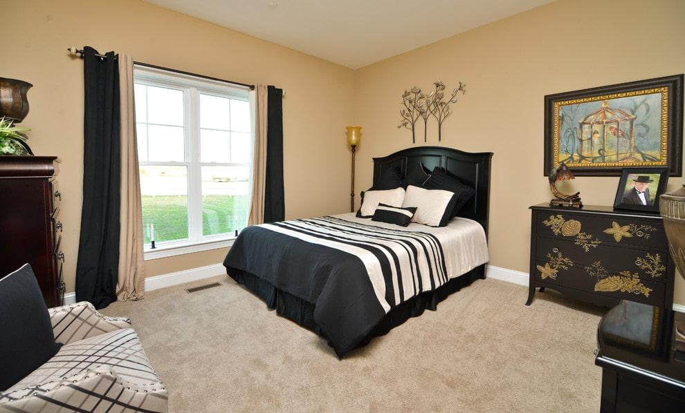 Черные занавески в спальне с бежевыми стенами