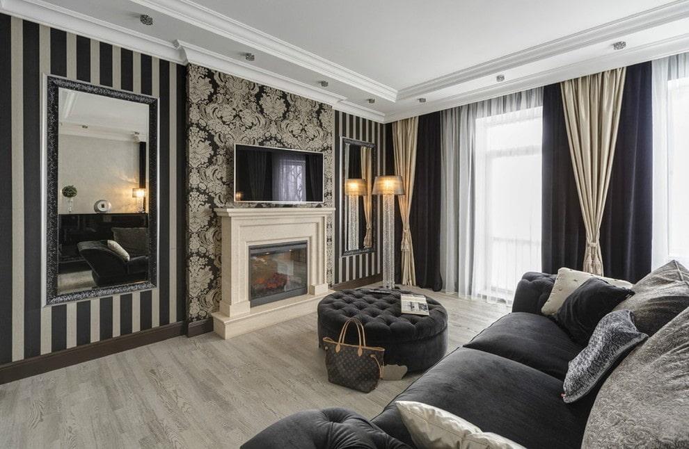 Черные шторы в гостиной с камином
